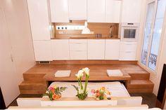 L'architecte Jean-David Benhamou de l'agence Galaktik a transformé un vieil appartement étriqué en un deux-pièces moderne et spacieux, en jouant sur des niveaux de sols différents et des fonctions modulables.