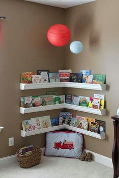 Estante de livros infantis com calhas de pvc