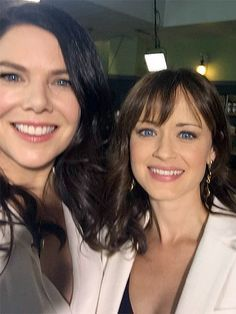 'Gilmore Girls' Cast Reunites Eight Years Later! (Photos): Photo Lauren Graham, Alexis Bledel, Scott Patterson, and Kelly Bishop gather together while attending the Gilmore Girls reunion held during the ATX Television Festival… Estilo Rory Gilmore, Gilmore Girls Cast, Gilmore Girls Quotes, Rory Gilmore Hair, Gilmore Girls Poster, Lorelai Gilmore, Lauren Graham, Alexis Bledel, Tv Sendungen
