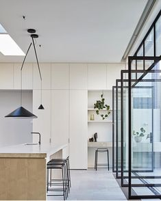 Perfectly positioned NORTH hanging lamp brings a grounded yet delicately balanced feel to this kitchen. Kitchen design by ROBSON RAK. Layout Design, Kitchen Desks, Cocinas Kitchen, Staining Cabinets, Contemporary Kitchen Design, Piece A Vivre, Cuisines Design, Kitchen Styling, Interiores Design