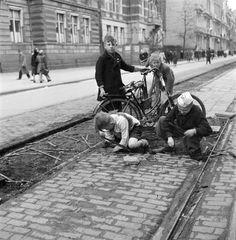 Kinderen verzamelen tramspoorbielzen om als brandhout te gebruiken, tijdens de hongerwinter in Amsterdam (1944 - 1945). Foto: Cas Oorthuys/Hollandse Hoogte