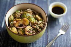 Теплый салат из чечевицы и брюссельской капусты