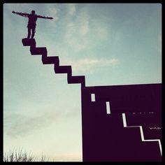 El hombre que saltaba al vacío... ¿esculturas sin sentido?