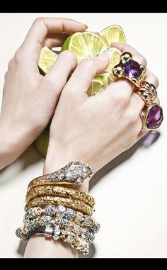 Sortijas: de oro amarillo con una amatista de talla redonda, de Bagués (4.285 €); trenzada de plata de ley bañada en oro amarillo, de Aristocrazy (179 €) y de oro rosa con amatista, de Rosa Bisbe (645 €). Brazalete de serpiente de oro amarillo y diamantes, de Bárcena (16.000 €) y pulseras de charms de oro y plata con piedras preciosas y semipreciosas, de Pandora