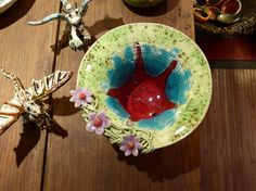 Bowl with wide rim decorated with flowers by EstudioBarroAlto