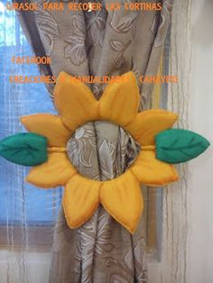 13 Ideas hermosas de sujeta cortinas con forma de flor ~ lodijoella Curtain Holder, Curtain Tie Backs, Diy Arts And Crafts, Decor Crafts, Felt Flowers, Fabric Flowers, Material Flowers, Towel Crafts, Sewing Baskets