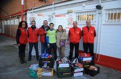 """El atleta del """"Reto solidario de las 50 medias maratones"""", Iván Penalba, dona alimentos a la asamblea de Cruz Roja Española en Valdepeñas"""