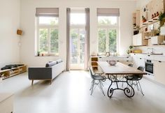 loft-stile-nordico-amsterdam-dining-room-tavolo-vintage-sedute-colorate