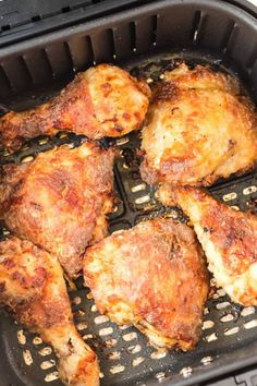 Air Fryer Fried Chicken in an air fryer basket Fried Chicken Legs, Air Fryer Fried Chicken, Air Fried Food, Air Fry Chicken, Chicken Gravy, Air Fryer Recipes Chicken Thighs, Fried Chicken Recipes, Healthy Chicken, Air Fryer Dinner Recipes