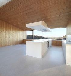 Puristische Küche mit Kochinsel Grifflose Fronten Eichenholz-Verkleidungen