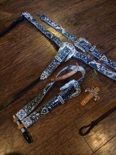 OMG i want i want.................. cute camo and pistol tack set