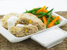 Pieczone kotleciki z tuńczyka z sosem jogurtowym i warzywami