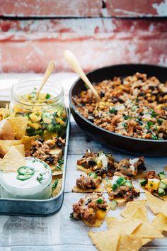Kycklingtacos med jalapenodressing och superfräsch mangosalsa, ett måste till fredagsmyset! #tacos #tacosesh #texmex Tex Mex, Fajitas, Good Mood, Nachos, Enchiladas, Deli, Scones, Healthy Snacks, Curry