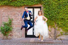 #hochzeitsfoto #pose Verrückte pink-grüne Spätsommerhochzeit auf der Mittelburg | Hochzeitsblog - The Little Wedding Corner