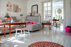 Mélange coussins ethniques et motifs géométriques/graphiques, tables et meubles rétro, chaises Eames, miroir Louis Philippe (noir), parquet clair