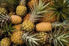 """Tente arrancar uma folha da coroa do abacaxi. Se sair fácil é porque ele está maduro.  Outra dica: Dê uma olhadinha nas escamas, se eles estiverem mais """"lisas"""", é provável que o abacaxi esteja bem maduro e docinho."""