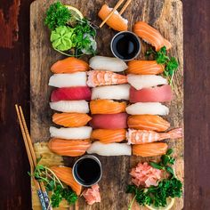 I think this is an example of good food photography. The color stripes add visual appeal and the sushi looks shiny and fresh. Sushi Comida, Nigiri Sushi, I Love Food, Good Food, Yummy Food, Japanese Dishes, Japanese Food, Sushi Platter, My Sushi