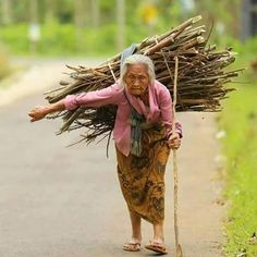 This is so sad, poor grandma must work so hard. We Are The World, People Around The World, Real People, Around The Worlds, Salt Of The Earth, Foto Baby, Powerful Images, Old Mother, World Cultures