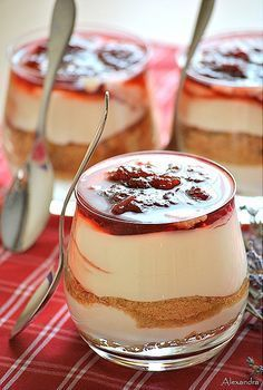 Express Greek Dessert with Yogurt, Cookies and Marmalade. Greek Sweets, Greek Desserts, Party Desserts, Greek Recipes, Sweets Recipes, Candy Recipes, Cooking Recipes, Cyprus Food, Delicious Desserts