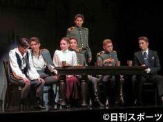 ロシア革命前夜を舞台に、軍人役で男役16年に終止符を打つ朝夏まなと(左から2人目)と、次期トップ真風涼帆(右端)、次期トップ娘役星風まどか(左から3人目)ら(撮影・村上久美子)
