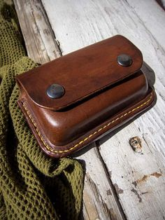 Bushcraft Leather pouch for Altoids tin - TexuCrafts Leather Keychain, Leather Pouch, Leather Cover, Leather Tooling, Pouch Pattern, Corset Pattern, Leather Workshop, Altoids Tins, Leather Projects