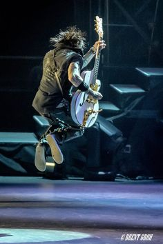 Richard Fortus Richard Fortus, Detroit Usa, Ford Field, Greatest Rock Bands, Rock N Roll, Guns, Roses, Artists, Weapons Guns