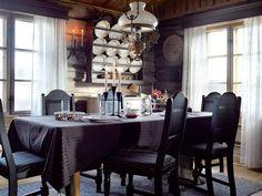 ARV: Tallerkenhyllen over spisebordet er arv fra Arnes tante. Tallerkenene fikk Ann Maris foreldre i bryllupsgave i 1940.