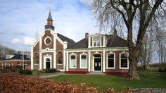 De gereformeerde kerk en naastgelegen pastorie aan de Kerkstraat zijn gebouwd in 1876. Het ontwerp is van de Thesinger timmerman Riekel Kluin (hij zou zich hebben laten inspireren door de uit 1871 daterende gereformeerde kerk in Roodeschool). <br>Kerk en pastorie zijn rijksmonumenten.