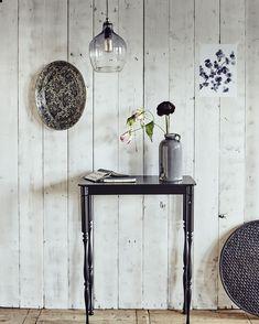 Donkere accessoires en details bij een lichte muur | Dark accessories and details with a light wall | Photographer Jeroen van der Spek | Styling Fietje Bruijn | vtwonen august 2015