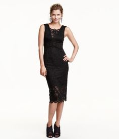 Knee-length, fitted dress in black lace. Low-cut V-neck with lace panels at front and back. Jersey lining. | Party in H&M