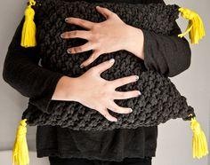 We Are Knitters vous offre un patron gratuit pour tricoter un coussin qui apportera un touche trendy et handmade à votre intérieur