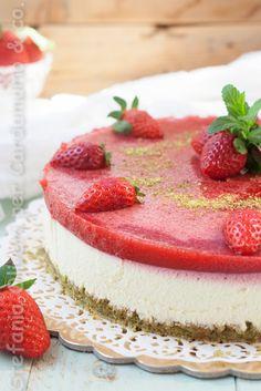 Una torta fresca e primaverile adatta ad un giorno di festa questa Dacquoise al pistacchio con mousse alla vaniglia con gelée di fragole
