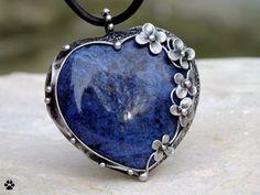 Srdce+ze+sodalitu+Srdce+ze+sodalitu+Autorský+šperk+-+vyrobeno+z+cínu+se+stříbrem,+drátua+sodalitového+srdíčka.Ozdobeno+drobnými+kvítky+a+kuličkami+cínu.+Rozměry+šperku+jsou+4,5x5m+(měřeno+v+nejširším+místě).+Zavěšeno+na+černé+kůži.+Šperk+jepatinován,+broušen,+leštěn+a+ošetřenantioxidačním+olejem.+SODALIT+Vlastnosti:+receptivní+kámen,+přiřazen...