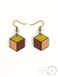 """Boucles d'oreille """"Nora"""" en CD recyclé   Hexagone doré, beige, marron, et noir, avec crochets couleur bronze   Bijoux par Savousepate"""