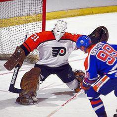 Wayne Gretzky against Pelle Lindbergh Goalie Gear, Goalie Mask, Hockey Goalie, Hockey Mom, Hockey Players, Ice Hockey, Hockey Stuff, Hockey Rules, Flyers Hockey