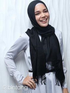 """Ridho suami bagi seorang istri adalah ridho Ilahi. Begitulah yang diyakini oleh Dewi Sandra, karenanya ketika mendapatkan tawaran pekerjaan apapun, ia selalu mengharuskan ada ijin dari suaminya. """"Alhamdulillah suami adalah kekuatan untuk istri. Apalagi kemarin dia datang benar-benar hati saya berbinar-binar. Tanpa dukungan suami saya, there's no way saya bisa menjalankan satu pekerjaan,"""" kata Dewi Sandra. (Andy Masela/Bintang.com)  #DewiSandra #Selebritis #Bintang #Indonesia"""