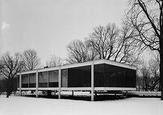 La Farnsworth House, conçue et réalisée par Ludwig Mies van der Rohe entre 1945 et 1951, est une maison de week-end d'une seule pièce dans un site autrefois rural, située à environ 75km au sud-est de Chicago,