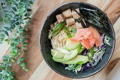 Sushi bowl - Vegan - Vegetarian Recipe Vegan Sushi, Vegan Vegetarian, Vegetarian Recipes, Sushi Bowl, Pickled Ginger, Lettuce Leaves, Rice Wine, Red Cabbage, Tofu