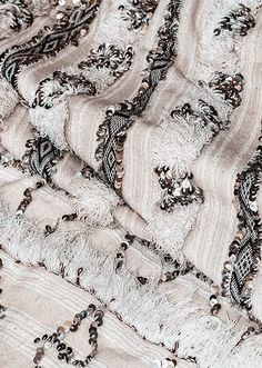Handira Moroccan blanket reflection of a Berber heritage How to have beautiful hair naturally Modern Moroccan Decor, Moroccan Design, Moroccan Style, Moroccan Bedroom, Moroccan Interiors, Moroccan Rugs, Moroccan Print, Art Marocain, Moroccan Wedding Blanket