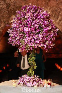 Hermosos arreglos en morado para dar la bienvenida a tus invitados #WeddingIdeas #flowers #ebodas