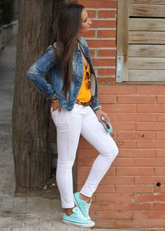 If you cover the top half, the white jeans look great with the converse Converse Outfits, Moda Converse, Vans Outfit, Nike Shoes Outfits, Casual Outfits, Summer Outfits, Fashion Outfits, Cheap Converse, Blue Converse