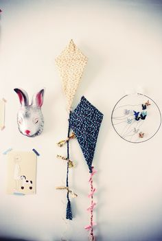 cute DIY kites!  Instructions here: http://www.etdieucrea.com/fabrication-dun-cerf-volant/