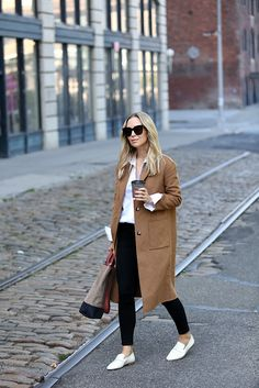 Fall Style: Camel Coat & White Loafers - Loafers Outfit - Ideas of Loafers Outfit - Fall Outfit Inspiration Camel Coat Helena of Brooklyn Blonde Brooklyn Blonde, Brooklyn Style, Camel Coat Outfit, Looks Party, Pijamas Women, Fall Outfits, Casual Outfits, Mode Mantel, Autumn Fashion