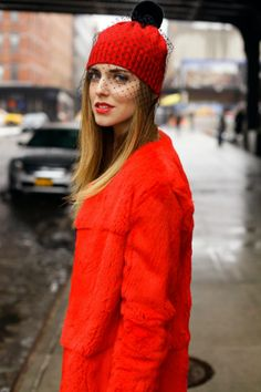 Hot Red @ Street Style New York Fashion Week Fall 2013 the hat is insanely perfect New York Fashion, Love Fashion, Winter Fashion, Fashion Trends, Red Street, Street Style, The Blonde Salad, Fascinators, Sombreros