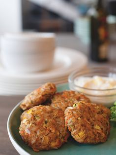 Croquettes de saumon anti-gaspillage - Châtelaine Fish Recipes, Seafood Recipes, My Recipes, Salmon Croquettes, Confort Food, Good Food, Yummy Food, Spanish Tapas, Fish And Seafood