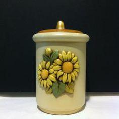 il bellissimo barattolo h.16 cm. della linea girasoli è in ceramica italiana, prodotta e dipinta a mano da Egan. www.elisa-regali.it