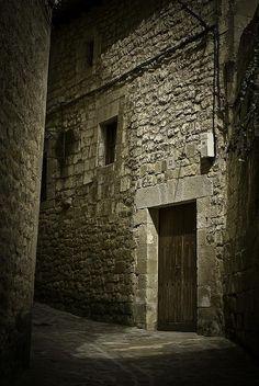 Los juegos de luces y sombras en las calles de Sos del Rey Católico me dejan de piedra... Una foto preciosa