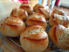 Simple but delicious GDR rolls-Einfache, aber köstliche DDR-Brötchen I admit I'm a bun lover! At home there are almost always fresh rolls, hardly any dark whole grain bread. It's supposed to be healthy, but I can't take it really well either … - Greek Recipes, Egg Recipes, Baking Recipes, Chicken Recipes, Bread Bun, Bread Rolls, Salad Ingredients, Bread Baking, Grilling Recipes