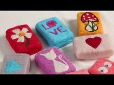 Keçe ile kaplanan bu sabunlar, görüntüsü ve işlevleriyle bir harika. Doğal yün ve doğal sabunun birleşmesi ile kese olarak kullanabilir peeling yapabilirsiniz. İsterseniz güzel görünümüyle banyolarınızın dekorasyonunda da kullanabilir ayrıca sevdiklerinize el yapımı hediye verebilirsiniz.