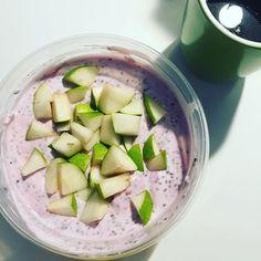 WEBSTA @ pernulle_ - MANDAGS-MORGENMAD ☀️🍧🍐Et godt bud på en nem, hurtig og lækker morgenmadsløsning: Chiagrød 😍 Aftenen inden blander jeg: 200g skyr, 10g proteinpulver med blueberry/yoghurt smag, 20g chiafrø, 50g minimælk, 50g vand og 20g frosne hindbær 👉🏼 det hele røres sammen og sættes i køleskabet. Næste morgen er det lige til at tage ud af køleskabet og tage med på arbejde 👏🏼☺️ Grøden mætter helt fantastisk og er genialt til en lang dag på job ✌🏼️🤓#chiagrød #chiapudding…